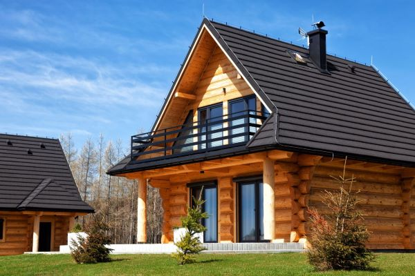 Drewno czy cegła: który materiał to lepsza opcja na dom?